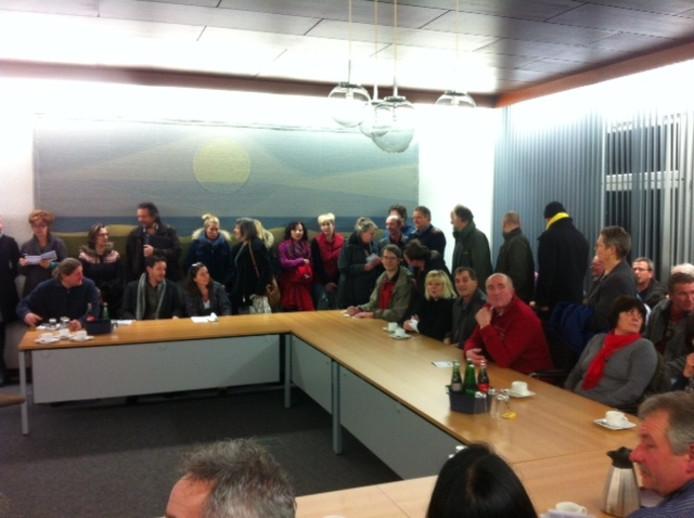Massale Nederlandse belangstelling tijdens de gemeenteraadsvergadering in Kranenburg, waar wordt besloten over een windmolenpark in Reichswald.