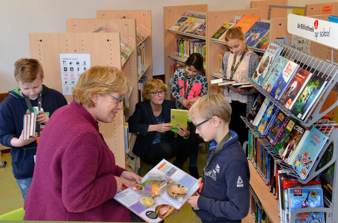Kinderen en leerkrachten van de Prins Mauritsschool in Tiel in de schoolbieb.<br />Foto William Hoogteyling