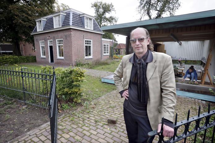 Ron Dirven bij de voormalige kosterwoning en het gastatelier van het van Goghhuis. Achter hem Denise Collignon, de huidige Artist in Residence. Foto: Joyce van Belkom/Het Fotoburo