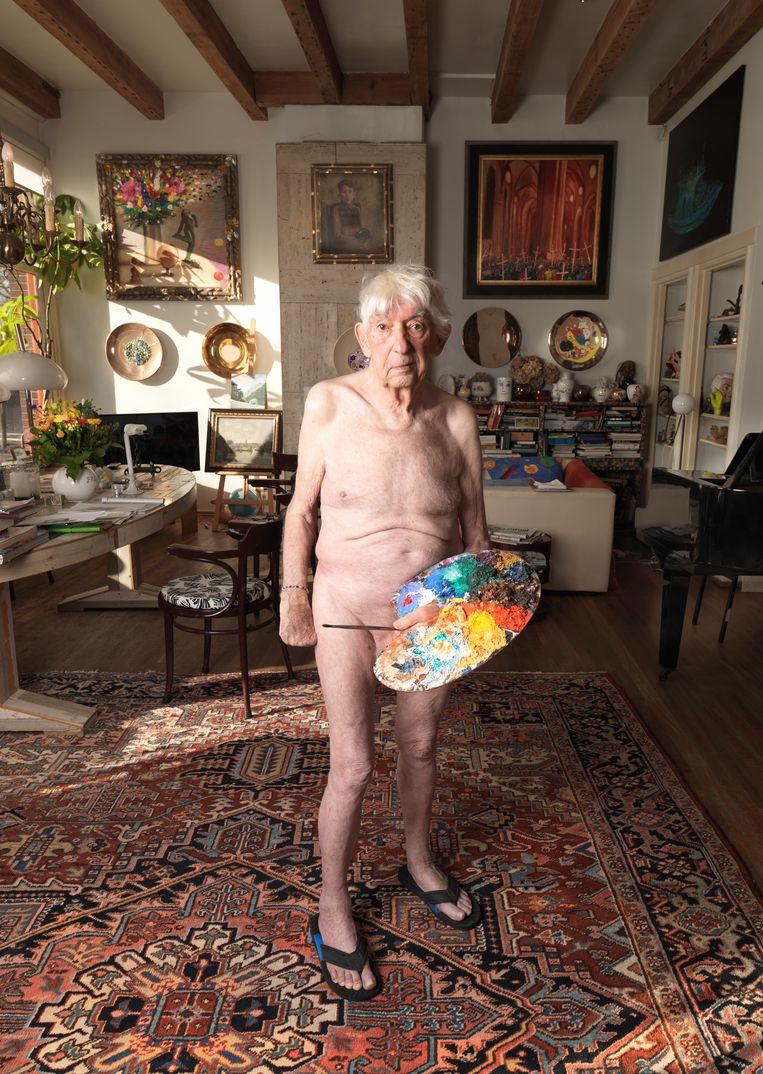 Foto uit 2018, het jaar waarin Aat Veldhoen overleed. Hedy d'Ancona: 'Dit vond hij verschrikkelijk: Aatje hield niet van het mannenlichaam en zeker niet van zijn eigen lijf. Maar hij vond het kinderachtig om altijd aan vrouwen te vragen hun kleren uit te trekken voor een portret, en dan zelf te weigeren als zijn eigen dochter om een naaktfoto vroeg.' Beeld Venus Veldhoen