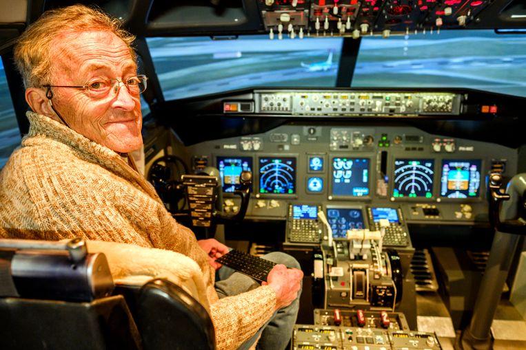 In de KLM-cabine met flightsimulator, waar hij tien jaar lang aan bouwde.
