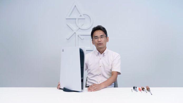 Sony-medewerker Yasuhiro Ootori schroeft de PlayStation 5 open om de binnenkant te laten zien.