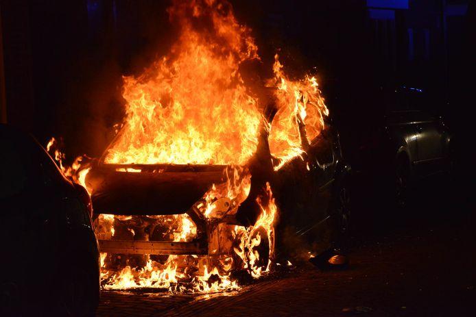 Vuurwerk ontploft tijdens het blussen van een auto in Breda.