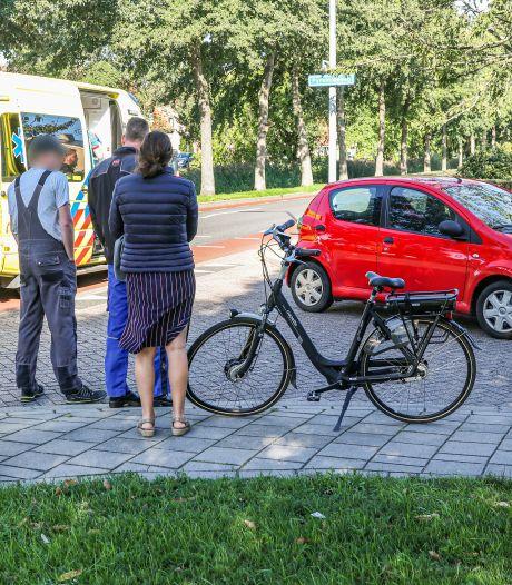 Vrouw op Urk raakt verblind door de zon en ramt met haar auto een fietser van zijn sokken