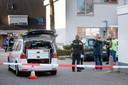 Politie bij woning aan de Corrie Tendeloostraat in Arnhem na een schietpartij in deze woning.