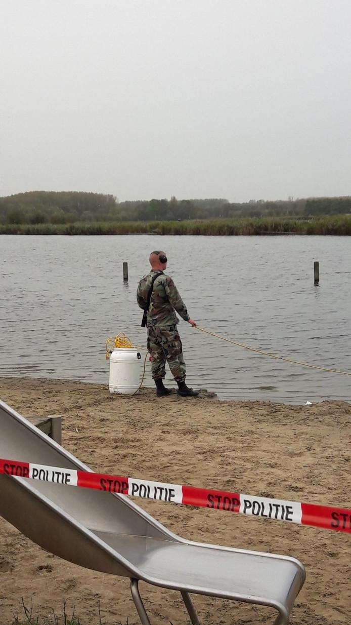 Twee duikers zijn het water in. Er wordt gezocht naar het mes, een telefoon en eventueel andere sporen.