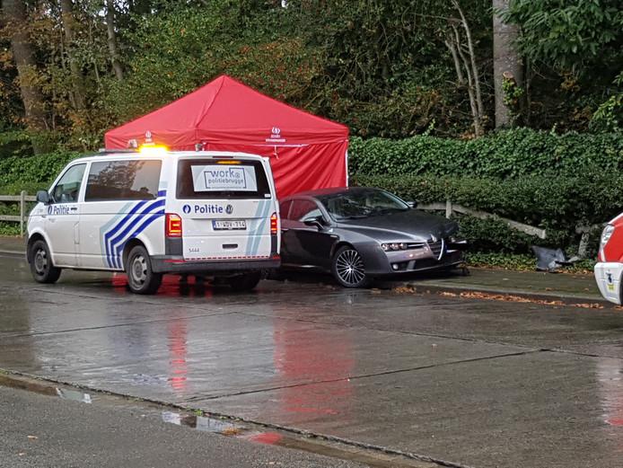 Het slachtoffer werd vermoedelijk onwel achter het stuur van zijn Alfa Romeo, waarop de wagen tegen een omheining botste.