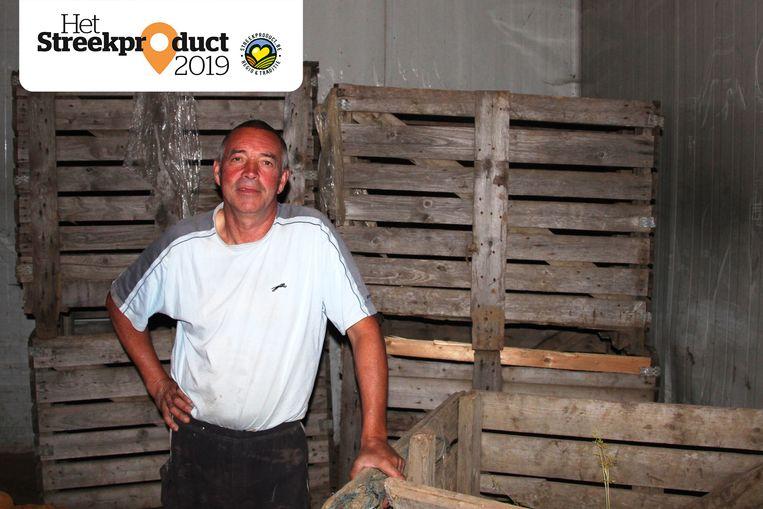 Wilfried Minoodt in de frigo waar de witloofwortels worden bewaard.