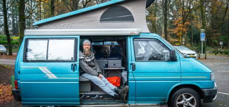 Peter werd gek van de drukte rond zijn flatje, nu werkt hij vanuit zijn camper in de bossen