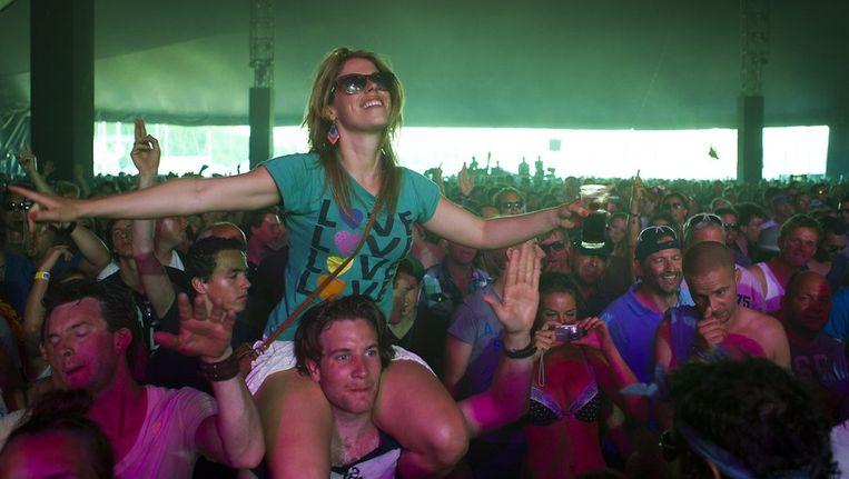 Publiek tijdens het optreden van DJ Paul Kalkbrenner tijdens de derde dag van Pinkpop. Beeld anp