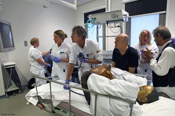 Onderzoekers van het Meander Medisch Centrum nemen de mummie onderhanden.