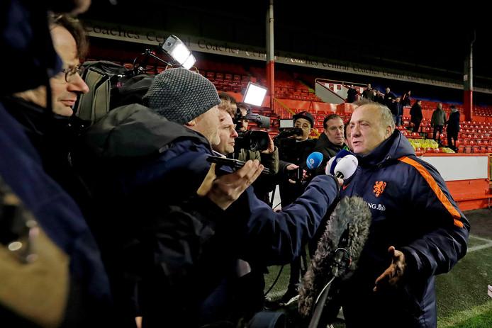 Bondscoach Dick Advocaat heeft flink wat uit te leggen na de training van Oranje in Aberdeen.