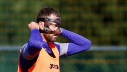 Football Talk. Peter 'Zorro' Zulj traint met masker in camouflagekleuren - Peperduur horloge Dolberg uit kleedkamer gestolen