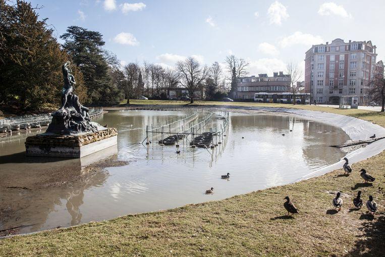 De waterplas, de thuishaven voor heel wat watervogels, loopt weer helemaal leeg.
