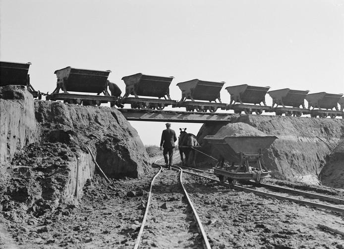Werkverschaffing bij de kanalisatie van de Maas in de jaren dertig van de vorige eeuw.