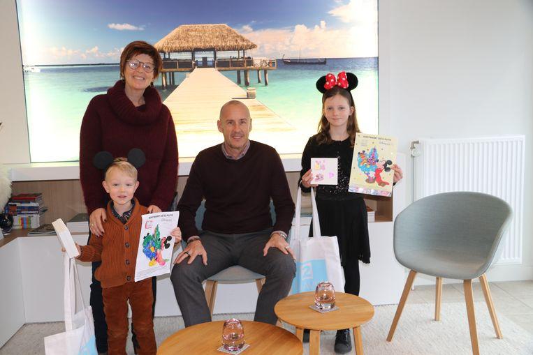 De gelukkige winnaars samen met Nadia Peeters van reisbureau 2Travel en burgemeester Peter Gysbrechts.