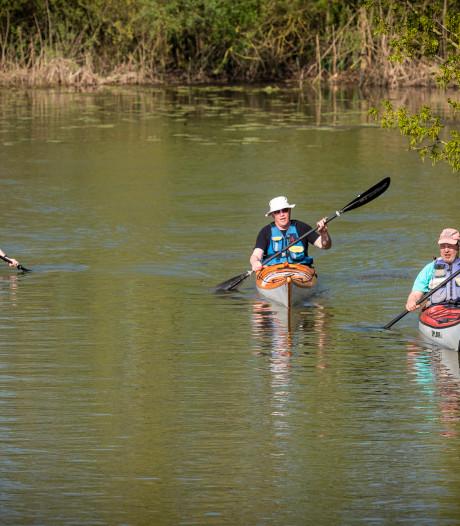 Met de kano al fluisterend door het water