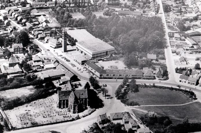 Op 23 oktober 1979 werd deze luchtfoto gemaakt van de kom van Bergeijk. Onderop de Sint Petruskerk aan 't Hof, uiterst links in het midden het gemeentehuis.