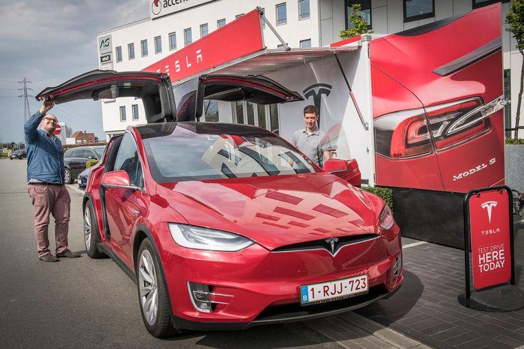 Moïs Kerckhof en Tim Janssens van Tesla bij een van de auto's.