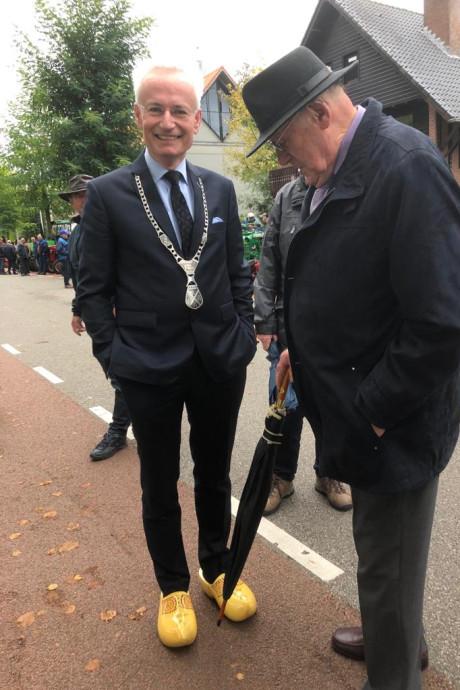 Een burgemeester op klompen: dat moet wel een statement zijn. Of toch niet?