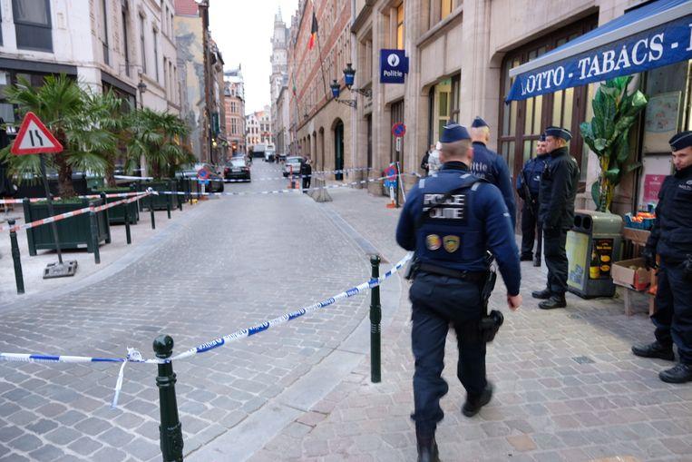 De mesaanval gebeurde rond 5.30 uur aan het politiecommissariaat vlak bij de Grote Markt.