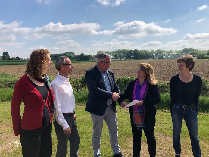 Wethouder Piet de Klein feliciteert Marion Verweij met de gesloten intentieovereenkomst.