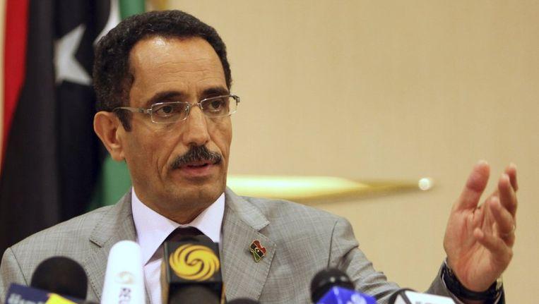 De vice-voorzitter van de overgangsraad, Abdel Hafiz Ghoga, kondigde gisteren zijn aftreden aan, nadat demonstranten het hoofdkantoor van de overgangsraad in Benghazi aanvielen. Beeld reuters
