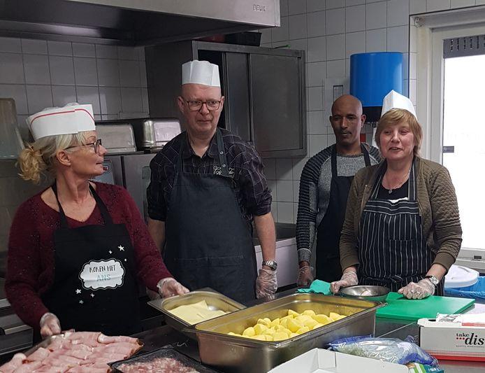 Bij buurthuis Het Klokhuis wordt juist goed gezorgd voor de oudere medemens. In plaats van dat er drie keer per week in het buurthuis gegeten wordt, worden de maaltijden nu bezorgd.