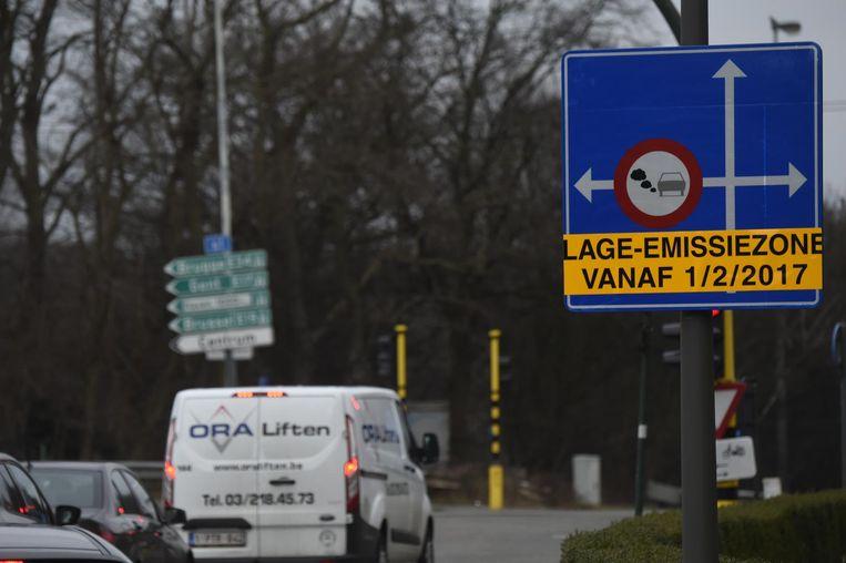 """De lage-emissiezones in Antwerpen en Brussel zijn """"niet toereikend om zo spoedig mogelijk aan de wetgeving te voldoen"""", vreest de Commissie."""