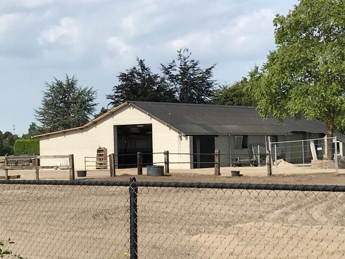 De paardenstal in Veghels Buiten moet aan de buitenkant nog met hout worden bekleed zodat hij beter past bij de omgeving.