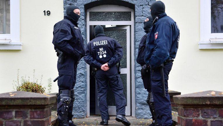 Politieagenten doorzoeken een gebouw tegenover de moskee in Hildesheim Beeld ap