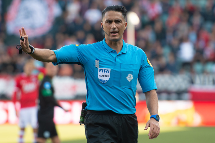 Serdar Gözübüyük hanteert de fluit als PEC Zwolle zondag Sparta ontvangt.