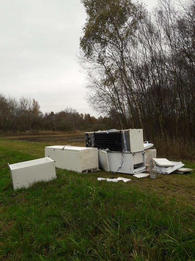 """In het Woldlakebos bij Scheerwolde trof boswachter Egbert Beens zes witte koelkasten aan. ,,Onzinnig."""""""