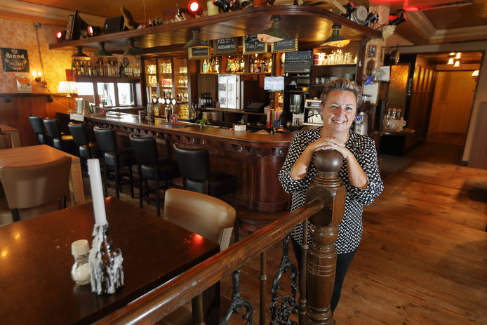 Eigenaresse Kathleen van Gorp in restaurant Ons Thuis Terheijden.