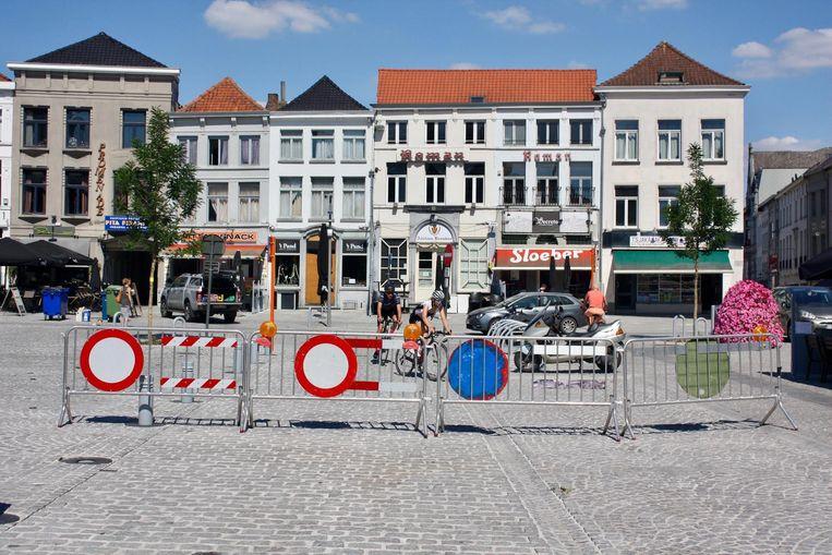 Omdat er nog te veel wagens over het Marktplein rijden, werden nu enkele dranghekken geplaatst in afwachtig van een camera.