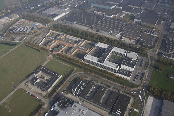 De Alphense gevangenis, rechts het pand aan de Eikenlaan, links de Maatschapslaan.