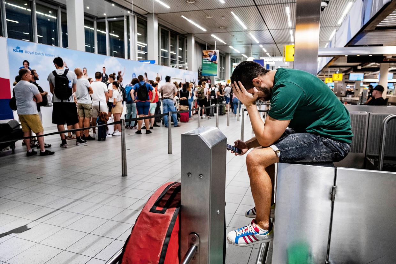 Drukte in de vertrekhal van luchthaven Schiphol. Beeld ANP