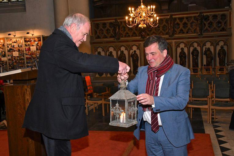 Campusdirecteur Kris Pouseele nam het Vredeslicht in ontvangst en gaf het een centrale plek in de Augustijnenkerk.
