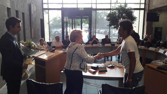 Burgemeester Marleen Sijbers feliciteert een van de statushouders met het ondertekenen van de participatieverklaring in Sint Anthonis.