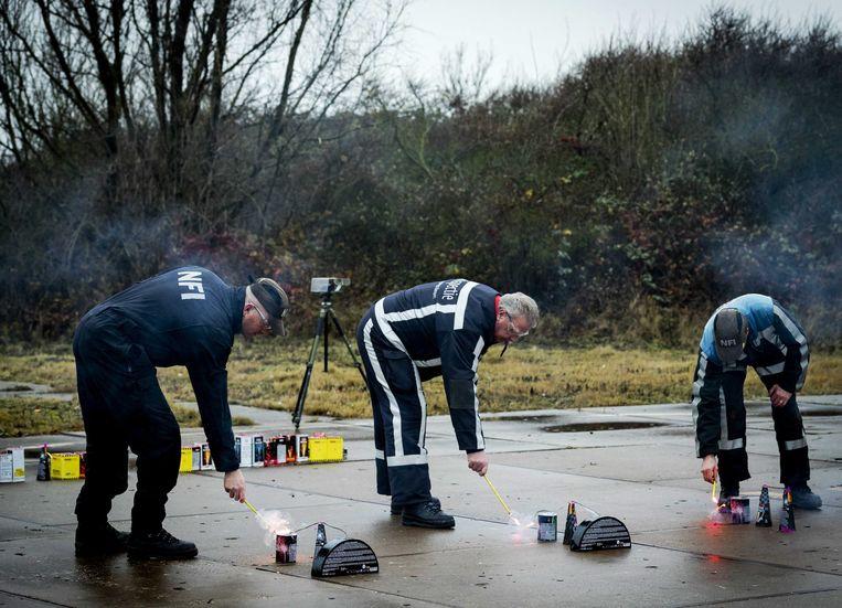 Werknemers van de Inspectie Leefomgeving en Transport testen vuurwerk in Rotterdam. Beeld EPA