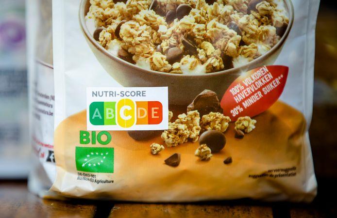Het NutriScore-logo op ontbijtgranen tijdens de presentatie van het onderzoek naar Nutri-Score op verpakkingen van ontbijtgranen. De Consumentenbond pleit al langer voor een helder en onafhankelijk voedselkeuzelogo.