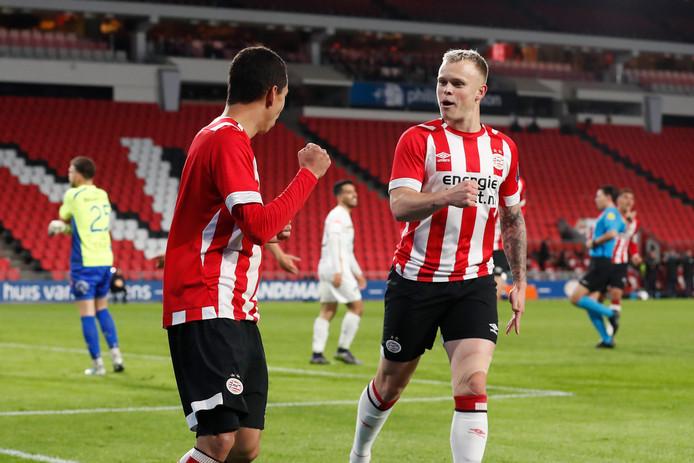 Mauro Junior en Lennerd Daneels (r) vieren een goal voor Jong PSV.