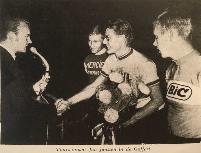 Jan Janssen krijgt de felicitaties van RTC Groenewoud-voorzitter Henk van Mulukom (links) nadat hij op de wielerbaan van het Goffertstadion in Nijmegen een wedstrijd gewonnen heeft. Die wedstrijd was georganiseerd om Jan Janssen te huldigen na zijn overwinning in de Tour de France van 1968.