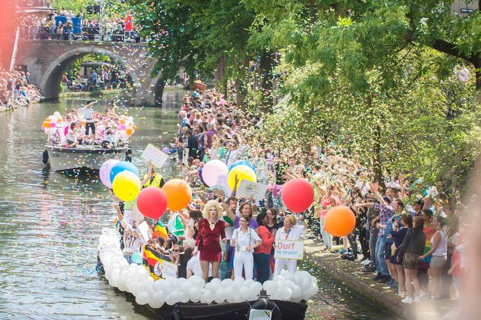 Een confetti-regen daalt neer over deelnemende boten.