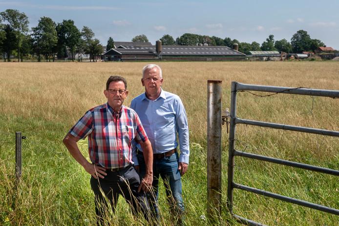 Bestuursleden Niek Jacobs (links) en Arno Baltussen bij de droppingszone in Driel. Foto: Gerard Burgers.