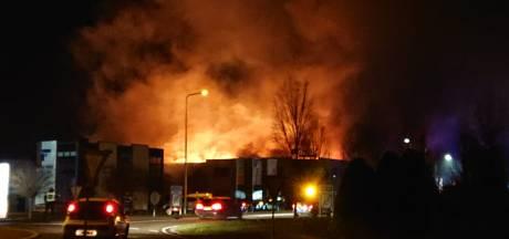 NLAlert voor zeer grote Grip1-brand bij winkelinterieurbouwer: dichte rook over Aalten