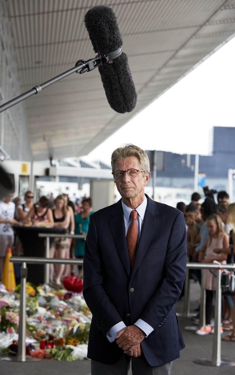 Huib Gorter, tijdens een interview bij de gedenkplek die door de luchthaven Schiphol is ingericht na de vliegramp in Oekraïne. Beeld anp