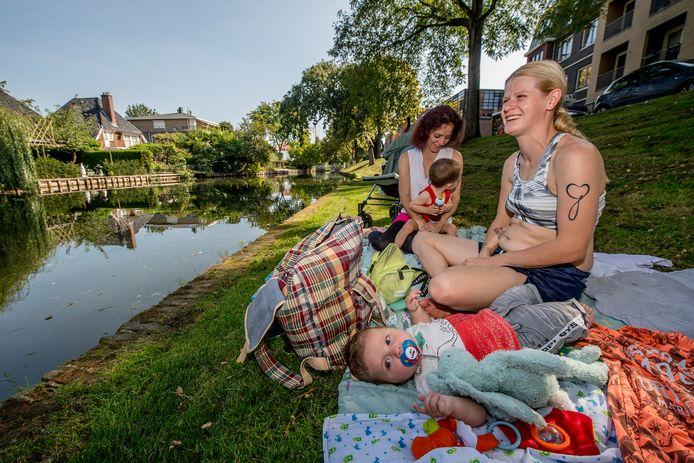Angela Scherrenburg en haar zoontje Mex (voorgrond) genieten van het mooie weer aan de stadsgracht samen met Bianca Udo en haar zoontje Patrick.