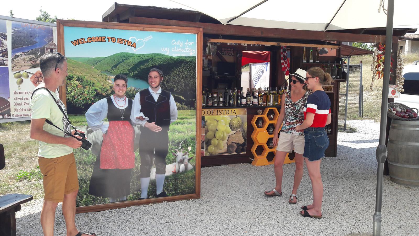 Kijkend door de ansichtkaart: Mattie Rasker en vriend Roel Verdijck.