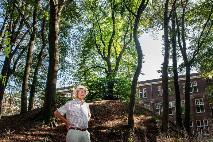 Klaas Bouwer bij de herontdekte Mariaboom, bovenop een heuveltje in het Mariënbosch vlakbij de Groesbeekseweg.